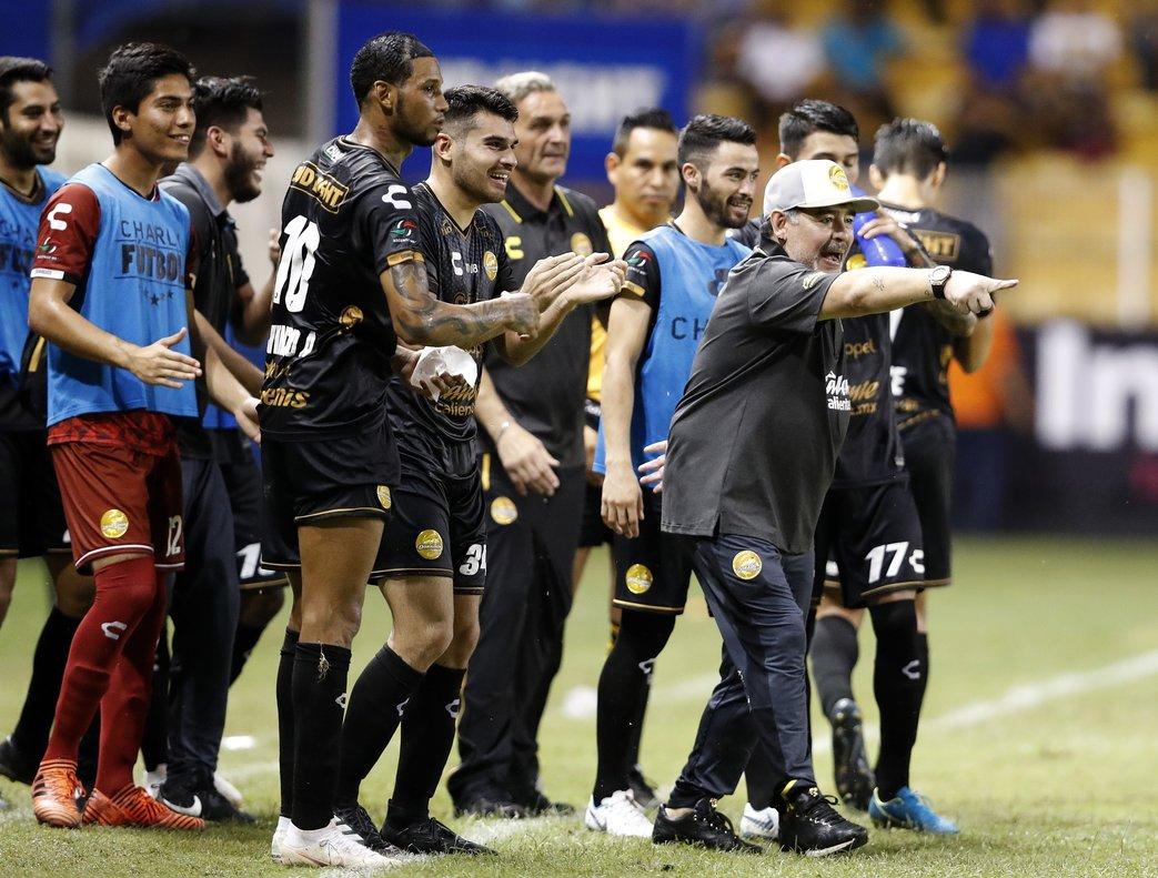 Maradona elogió a sus jugadores pese a que van en el último lugar de la liga.