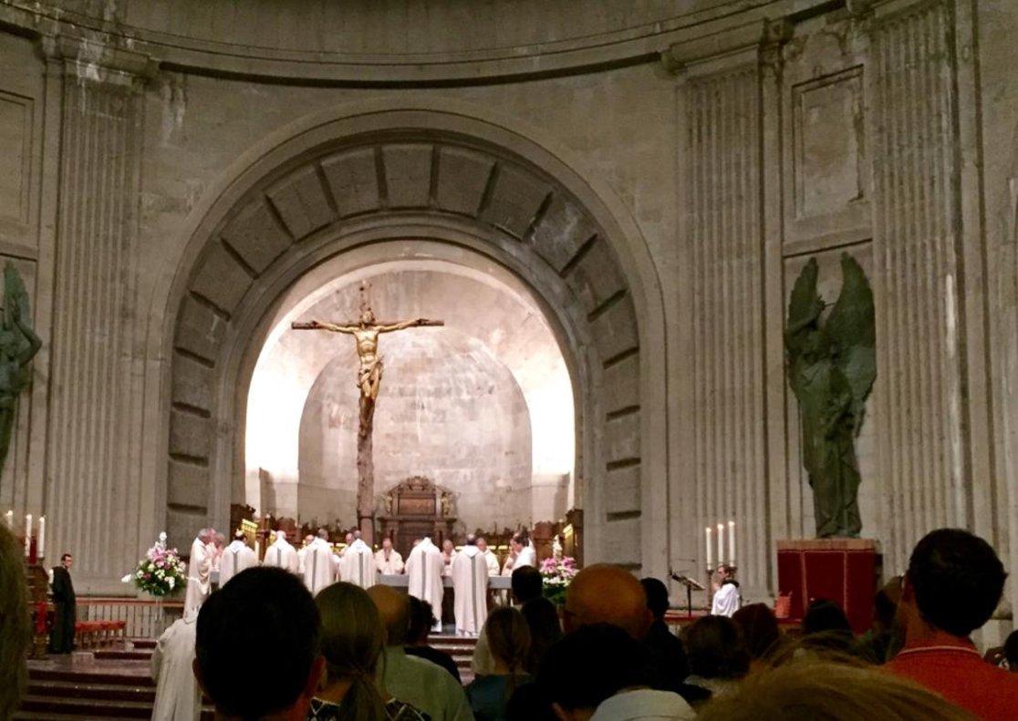 Misa en el Valle de los Caídos concelebrada por los frailes benedictinos de su abadía.