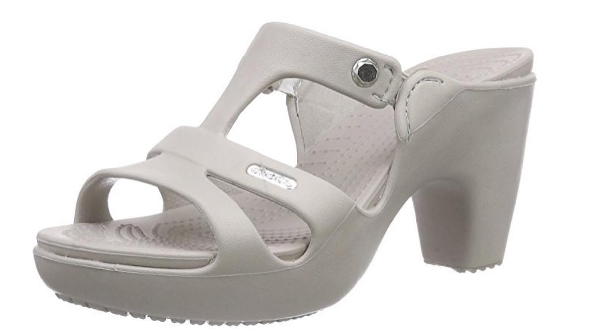 c248fe54e El modelo de moda de sandalia de goma con tacón se puede adquirir en Amazon.
