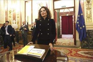 María Jesús Montero entrega el proyecto de los Presupuestos Generales del Estado del 2019.