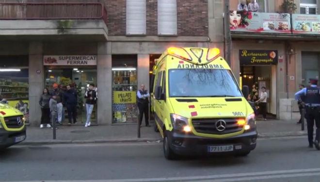 Un ambulancia acude al domicilio donde se ha producido el suceso.