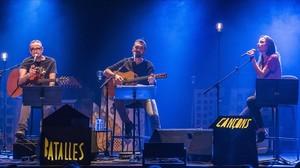 Feliu Ventura y Xavi Sarrial, con Judit Neddermann, durante el concierto celebrado este viernes en el Auditori.