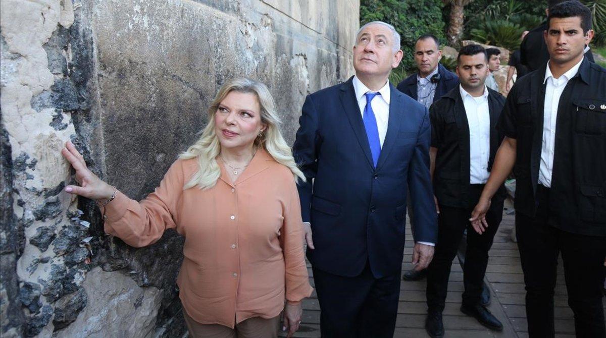 Netanyahu y su esposa en el exterior de la Tumba de los patriarcas.