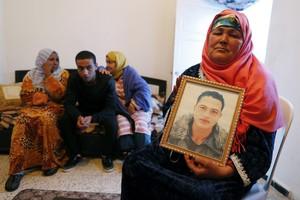 Nour Al Houda, madre de Anis Amri, muestra un retrato de su hijo, buscado como autor del atentado de Berlín, el jueves en Túnez.