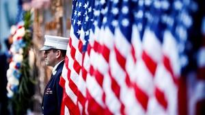 Un oficial participa en un homenaje por las víctimas de los atentados del 11 de septiembre de 2001.