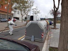 Operarios municipales de Viladecans trabajando en las tareas de desinfección de la vía pública