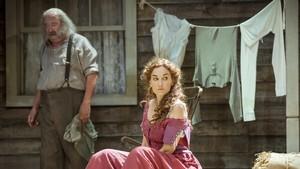 Pep Cruz y Laura Conejero en 'Desig sota els oms', de Eugene O'Neill, en el TNC.