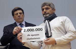 Juan Carlos Quer (izquierda), padre de Diana, y Juan José Cortés, padre de Mari Luz, presentan los apoyos recabadosconsu petición para el mantenimiento de la pena de prisión permanente revisable.