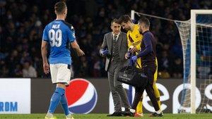 Piqué se retira lesionado en San Paolo.