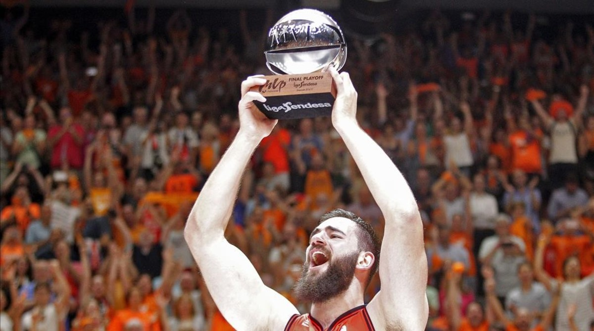 El pívot montenegrino del Valencia Bojan Dubljevic levanta el trofeo de mejor jugador de la final, el viernes.