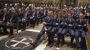 La plantilla del primer equip del Barça, encapçalada per Valdés, Puyol, Xavi i Iniesta, durant la cerimònia en memòria de Tito Vilanova celebrada a la catedral de Barcelona.