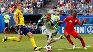 El portero sueco Olsen y el defensa Krafth tratan de impedir el remate de Sterling.