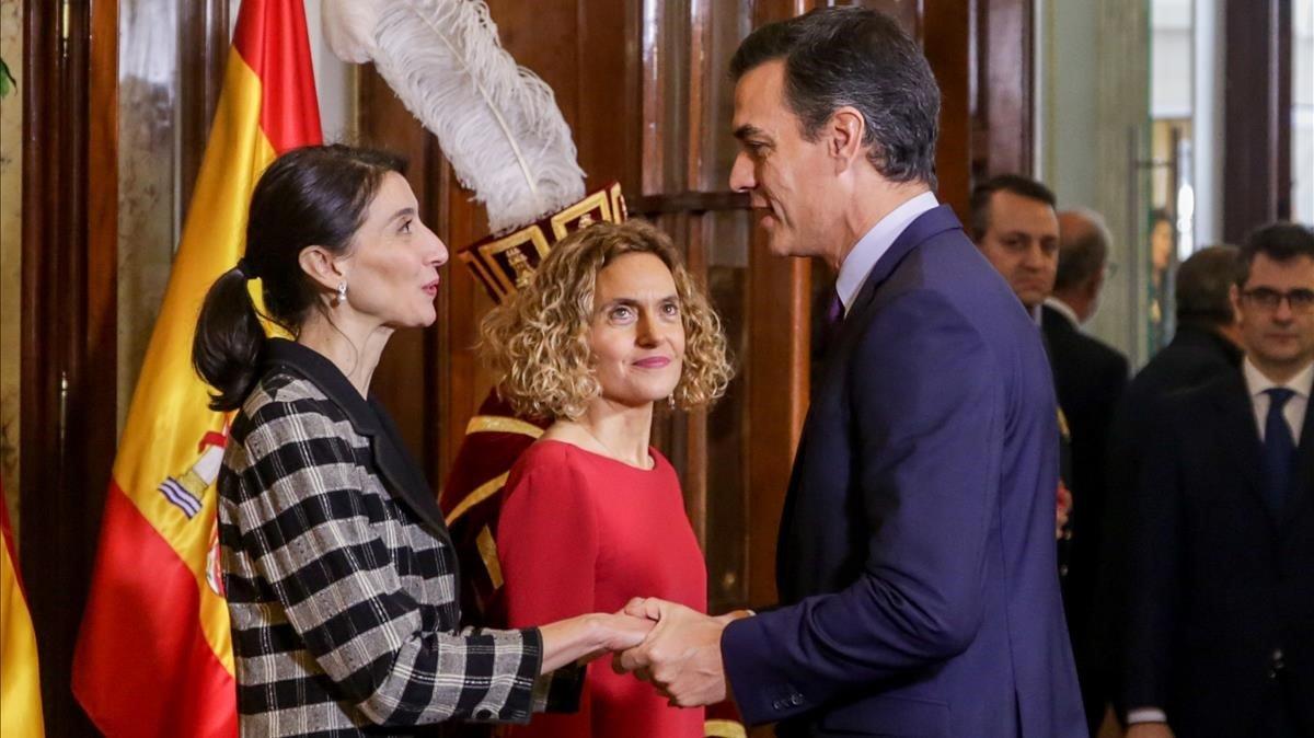 La presidenta del Senado Pilar Llop saluda al presidente del Gobierno en funciones Pedro Sánchez ante la mirada de a presidenta del Congreso Meritxell Batet, el pasado día 6.