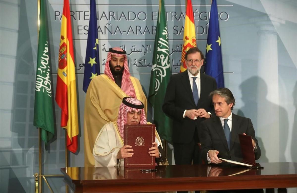 El ex presidente del Gobierno, Mariano Rajoy, con el principe heredero de Arabia Saudi, Mohamed Bin Salman Bin Abdulaziz Al Saud, durante la firma de diversos acuerdos el pasado abril en Madrid.