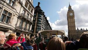 Personas en Londres admirando el Big Ben