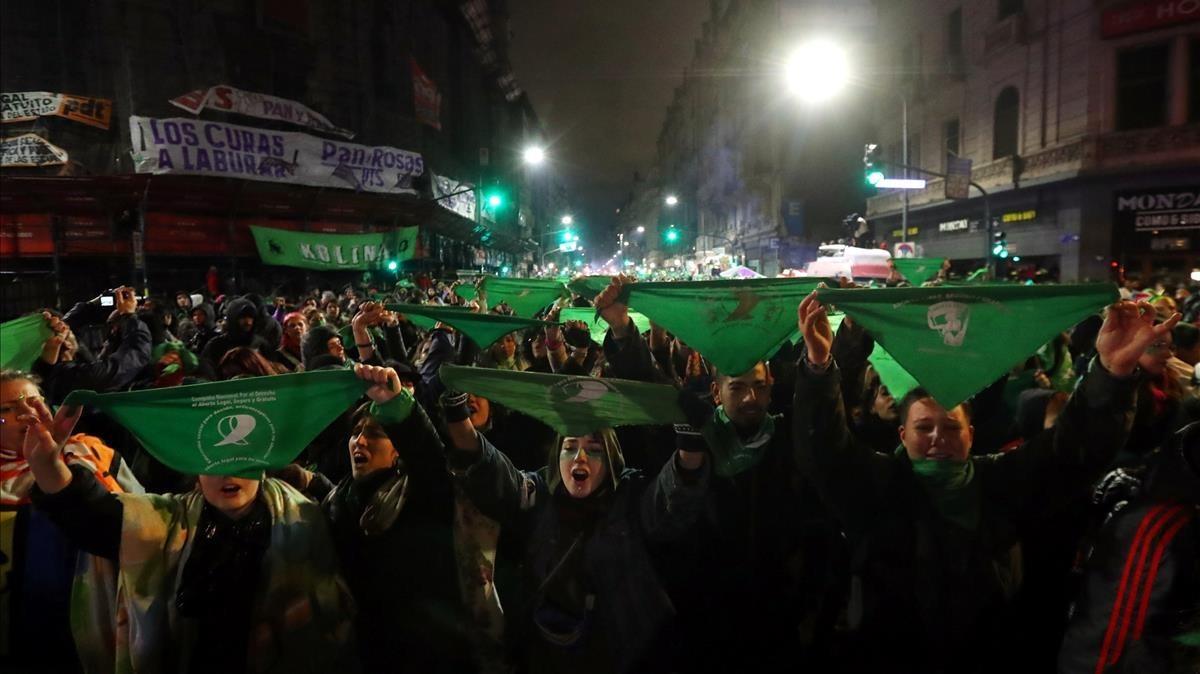 Protesta de la ola verde en Buenos Aires frente al Senado.