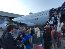 El expresident Carles Puigdemont, en el momento en ql que sube en el avión de Brussels Airlines en dirección a Bruselas, desde Hamburgo, este sábado.