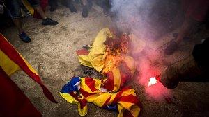 Quema de estelades en la protesta de extrema derecha, en Montjuïc.
