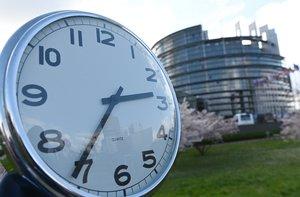 Un reloj marca la hora frente al Parlamento Europeo, en Estrasburgo.