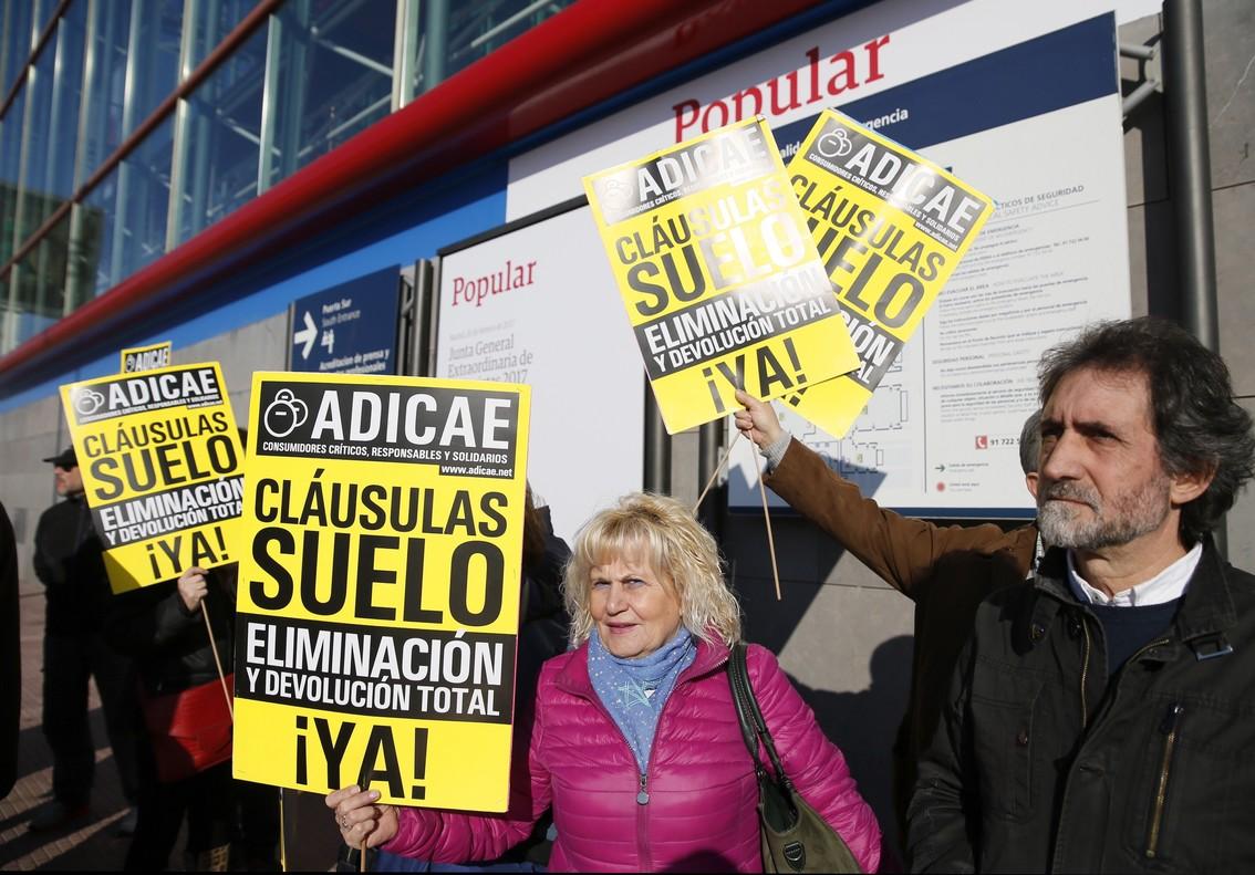Miembros de Adicae se manifiestan en Madrid por las cláusulas suelo.