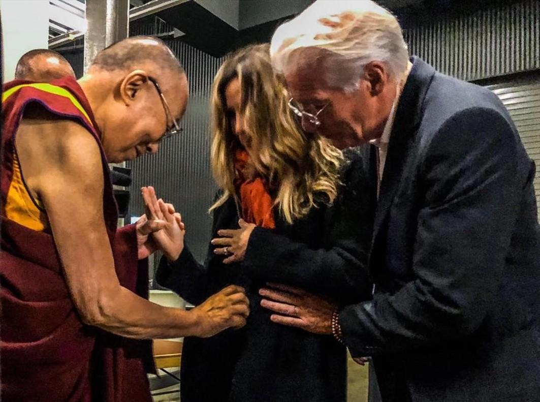 Richard Gere y su esposa confirman su embarazo con la bendición del Dalai Lama.