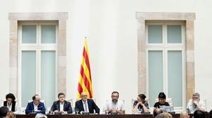 Diputados de Juns pel Sí y ERC, durante el acto de presentación del borrador de la ley del referéndum.