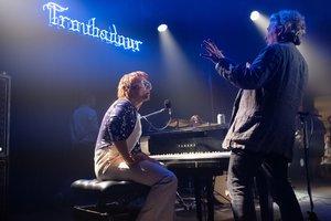Dexter Fletcher (derecha) dirigiendo a Egerton en un ensayo.
