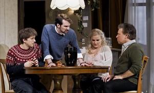 Dániel Foky (Junior), Nathan Haller (François), Katrin Targo (Dede) y Steven Scheschareg (Sam), sentados ante la urna con las cenizas de Dinah,en una escena de A quiet place, de Leonard Bernstein, en una producción camerística de la Neue Oper Wien.