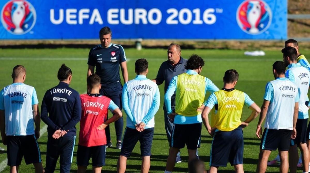 Terim charla con sus jugadores en un entrenamiento de la selección de Turquía.