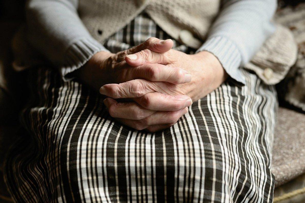 Plano detalle de las manos de una persona mayor