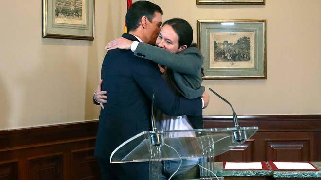 El líder del PSOE, Pedro Sánchez, y de Unidas Podemos, Pablo Iglesias, se funden en un abrazo tras firmar el preacuerdo para un gobierno de coalición.