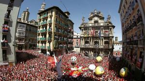 Miles de personas festejan con sus pañuelos alzados el inicio de las fiestas de San Fermín 2016.