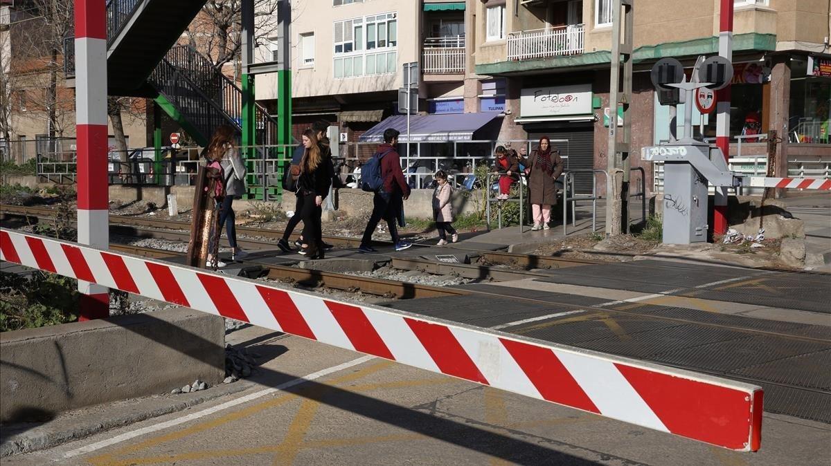 Paso a nivel en Sant Feliu de Llobregat que desaparecerá con el soterramiento del las vías.