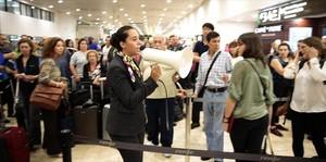 SANTS Avís a cop de megàfon a la col·lapsada terminal de Barcelona.