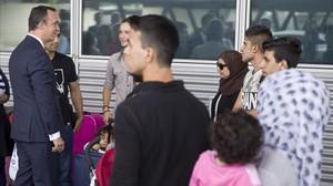 El secretario de Estado de Seguridad, Francisco Martínez, recibe en el aeropuerto de Madrid a los refugiados procedentes de Atenas.