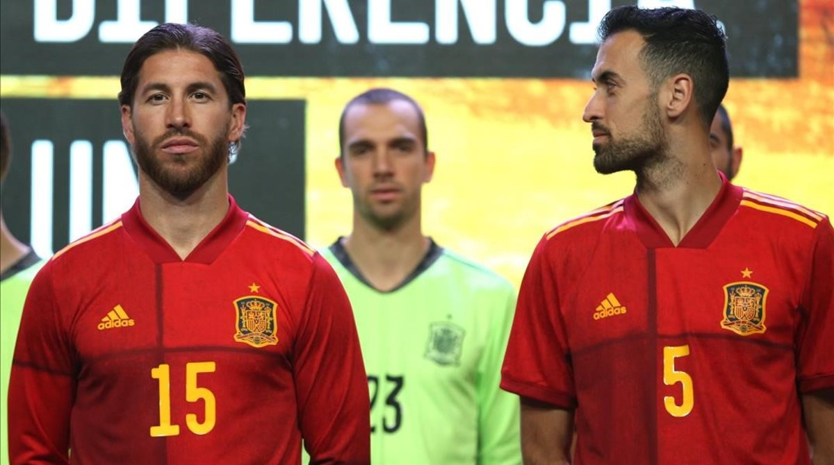 Sergio Ramos y Sergio Busquets, en primer plano, con las nuevas camisetas de la selección española.