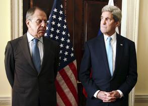 Serguei Lavrov (esquerra) i John Kerry, durant la trobada que han tingut a Londres, aquest divendres.