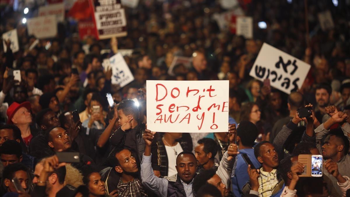 Solicitantes de asilo africanos protestan contra su deportación en Tel-Aviv, el 24 de febrero.