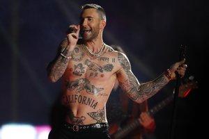 Sobre un gigantesco escenario en forma de letra M, con mucha gente cerca el escenario, Maroon 5 comenzó su show interpretando Harder to breath.