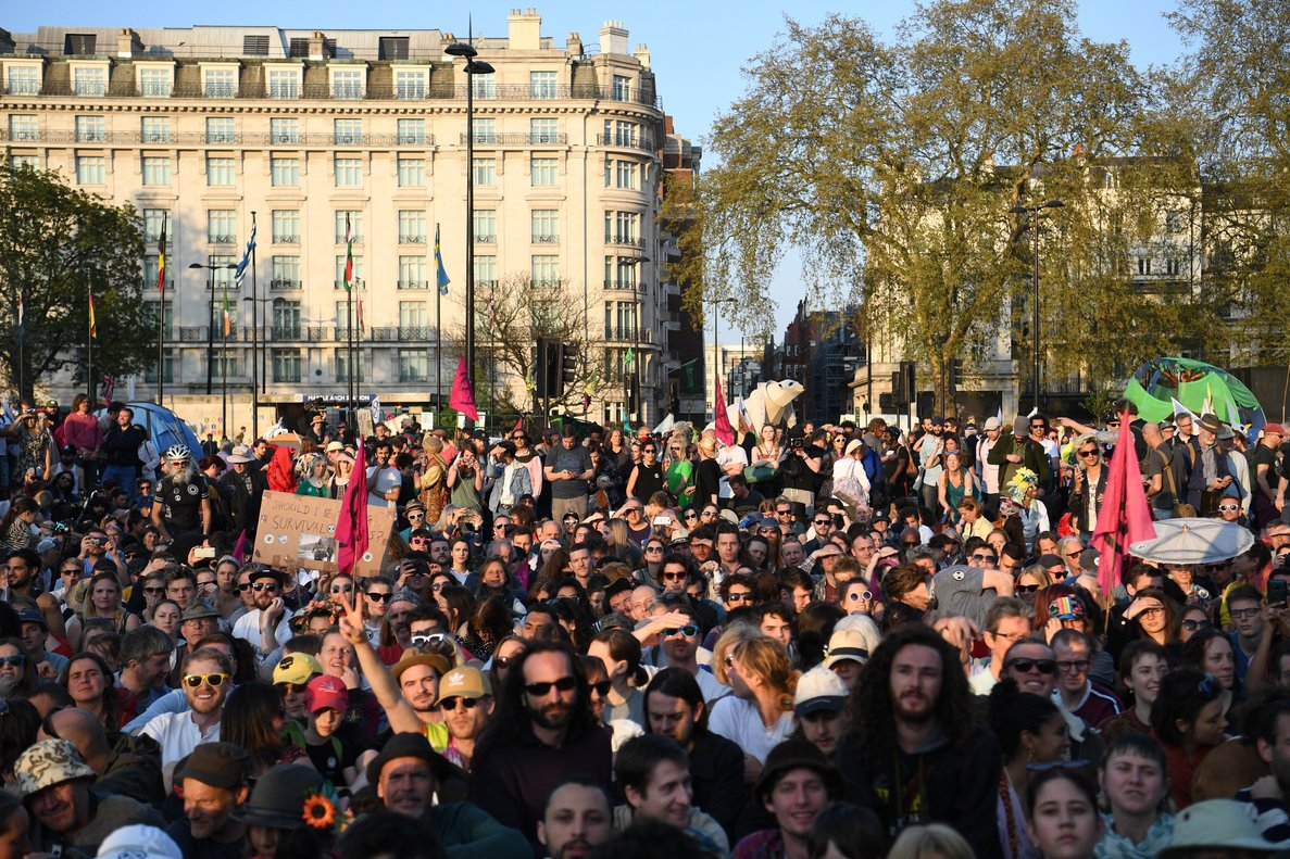 NGH050 London United Kingdom 21 04 2019 - Crowds watch as Swedish schoolgirl climate activist Greta Thunberg speaks during an Extinction Rebellion protest in Marble Arch central London Britain 21 April 2019 The Extinction Rebellion are holding a number of protests across London to draw attention to climate change Protestas Reino Unido Londres EFE EPA NEIL HALL