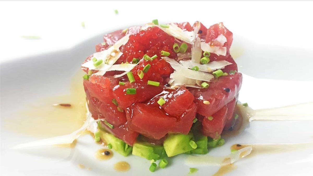 Tartar de atún sobre lecho de aguacate.