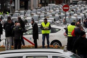 Concentración de taxistas en las inmediaciones del recinto ferial de Ifema, en Madrid, en el segundo día de la huelga indefinida del sector