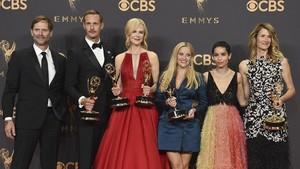 Jeffrey Nordling, Alexander Skarsgard,Nicole Kidman,Reese Witherspoon,Zoe Kravitzy Laure Dern, con los premios Emmy conseguidos por su trabajo en la miniserie Big Little Lies.
