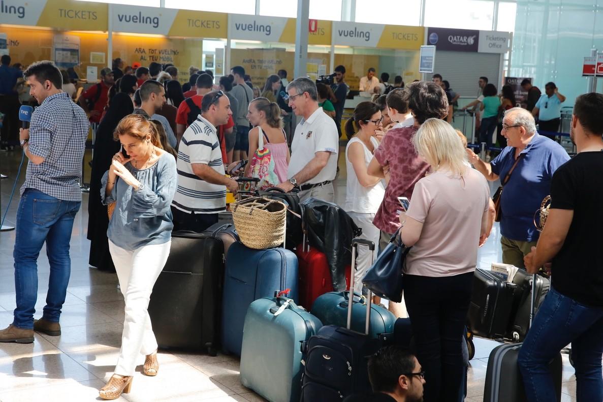 Cola frente al mostrador de información de Vueling, en la T1 del aeropuerto de El Prat.