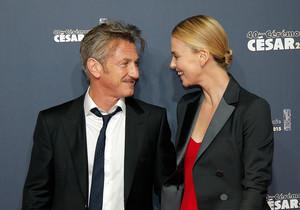Theron y Penn, en los Cesar, el pasado febrero, en París, cuando aún eran una pareja enamorada.