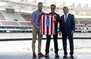 Tom Cruise, Cerezo y Ñíguez, en el nuevo estadio.