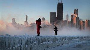 Dos fotógrafos tomanimágenes de la tormenta sobre la ciudad de Chicago.