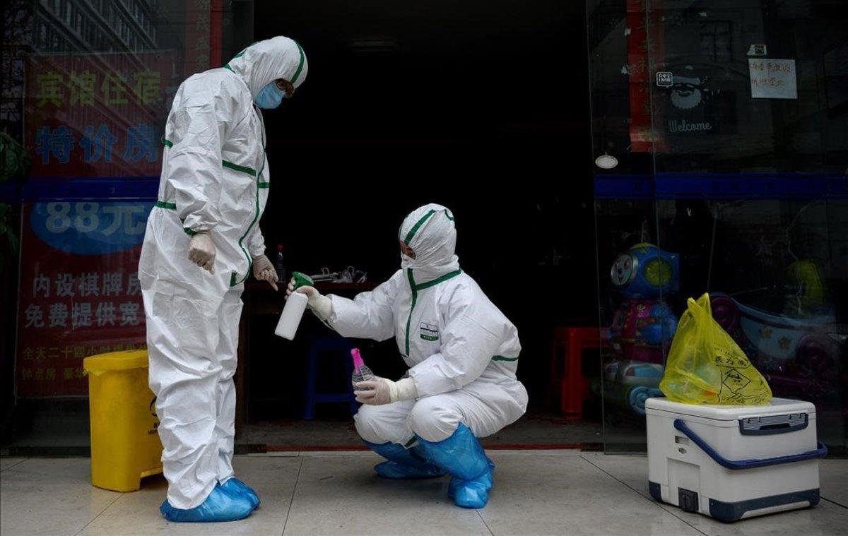Trabajadores médicos en el exterior de una clínica en la que se realizan tests de coronavirus en Wuhan, China.