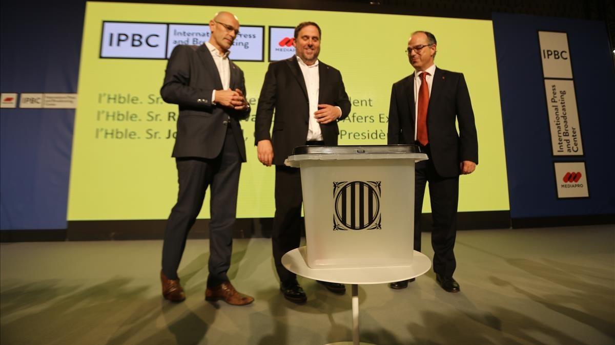 Turull, Junqueras y Romeva con una de las urnas del referéndum del 1-O.
