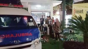 Una ambulancia junto a un hotel en la isla de Lombok.